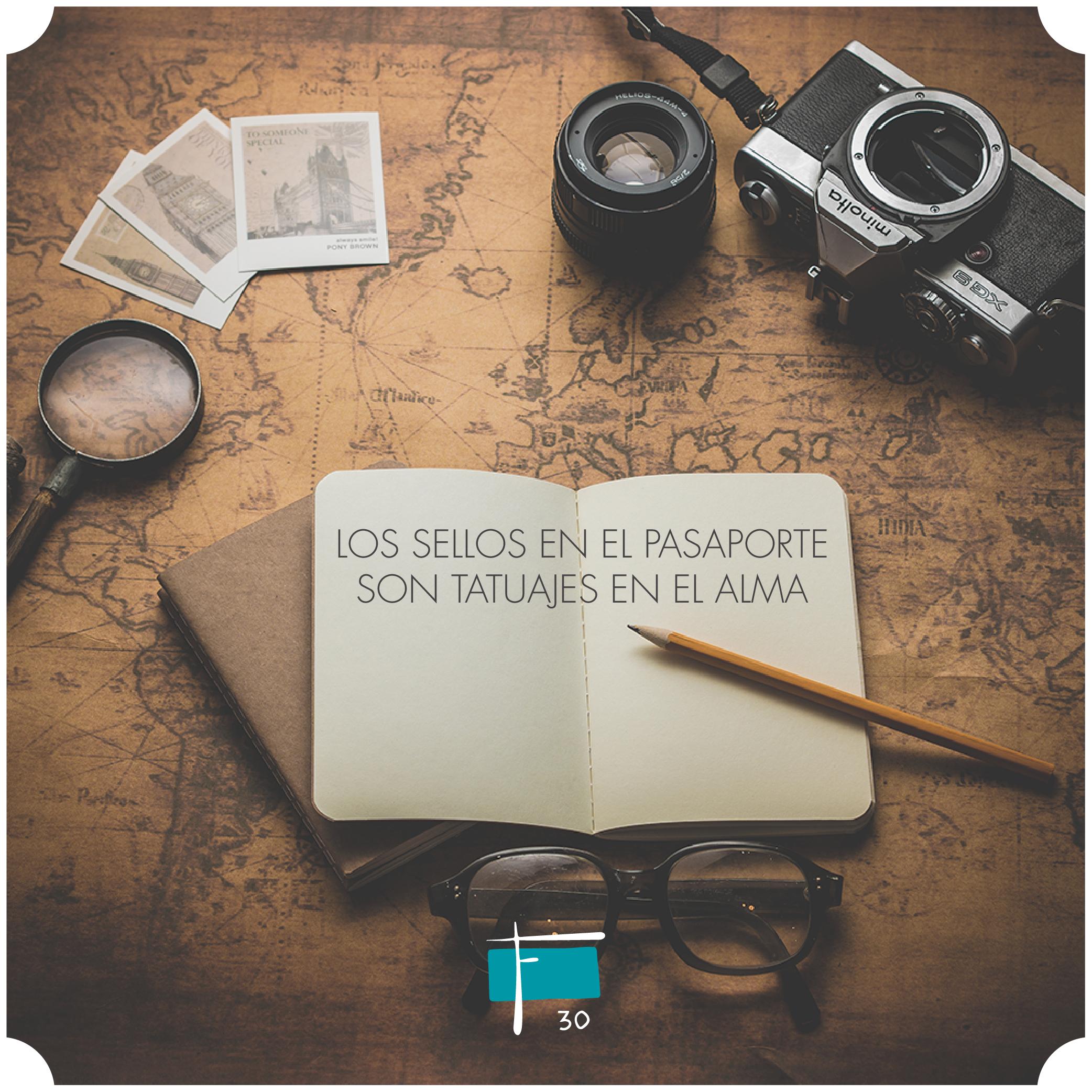 Cuaderno de notas, cámara de fotos, y un lapicero